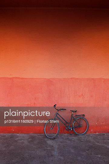 Fahrrad an roter Mauer, Marrakesch, Marokko - p1316m1160929 von Florian Stern