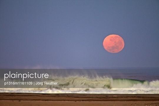 untergehender Mond an der Skelettküste, Namibia - p1316m1161109 von Jörg Reuther
