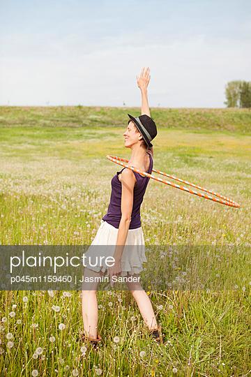 Hule-Hoop-Tanz - p045m1159460 von Jasmin Sander