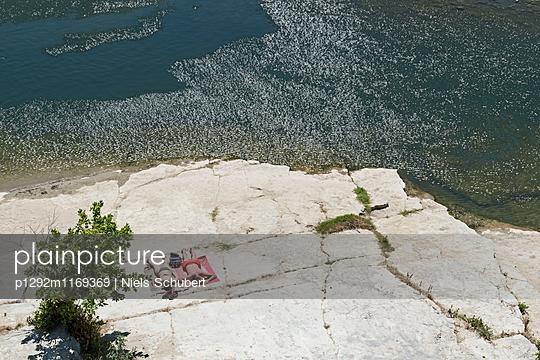 Sonnenbaden an der Felsenküste - p1292m1169369 von Niels Schubert