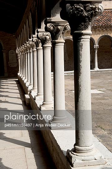 Arkaden im Kloster San Michele - p451m1159497 von Anja Weber-Decker