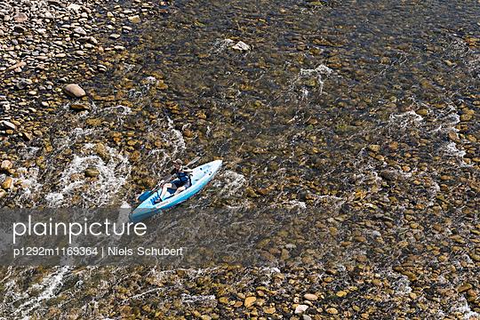 Mann fährt im Kanu - p1292m1169364 von Niels Schubert