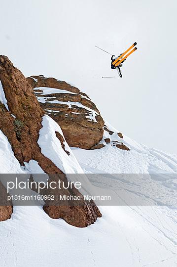 Skifahrer springt einen Rückwärtssalto, Skigebiet Valle Nevado, Santiago, Chile - p1316m1160962 von Michael Neumann