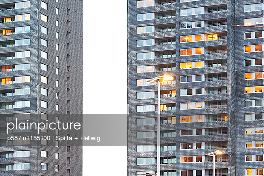 Beleuchteter Wohnblock - p587m1155100 von Spitta + Hellwig
