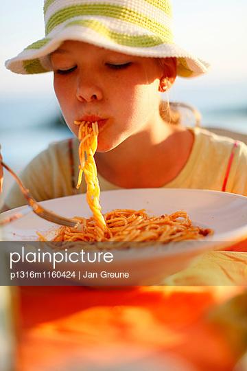 Mädchen isst Spaghetti, Formentera, Balearen, Spanien - p1316m1160424 von Jan Greune
