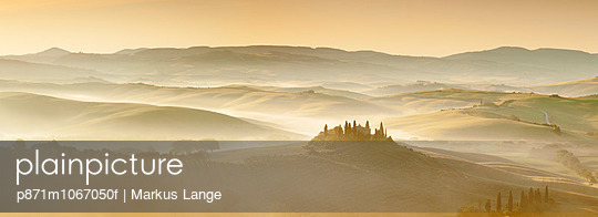 Farm house Belvedere at sunrise, near San Quirico, Val d\'Orcia (Orcia Valley), UNESCO World Heritage Site, Siena Province, Tuscany, Italy, Europe