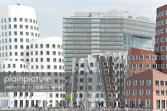 Moderne Gebäude des Architekten Frank O Gehry in Düsseldorf - p587m1155110 von Spitta + Hellwig