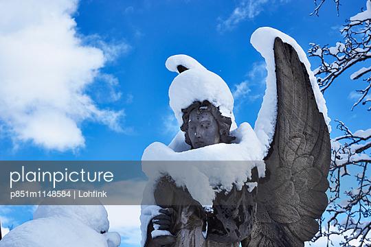 Schneebedeckte Engelsskulptur - p851m1148584 von Lohfink