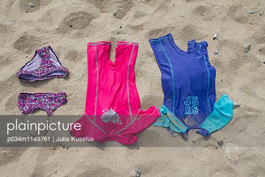Badekleidung Strand - p034m1149761 von Julia Kussius