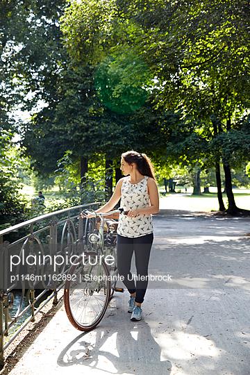 Fahrrad Schieben - p1146m1162892 von Stephanie Uhlenbrock