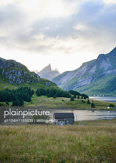 Haus am Fjprd auf den Lofoten  - p1124m1165639 von Willing-Holtz