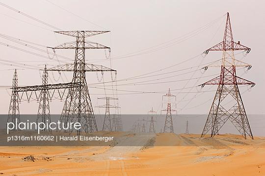 Strommasten in der Wüste, Abu Dhabi, Vereinigte Arabische Emirate - p1316m1160662 von Harald Eisenberger