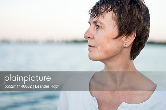 Frau am See - p552m1146862 von Leander Hopf