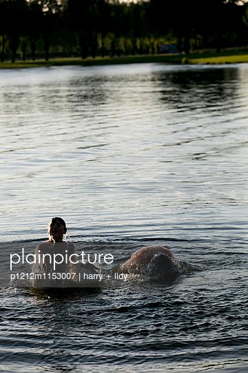 Kinder im Wasser - p1212m1153007 von harry + lidy