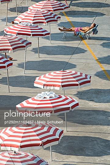 Sonnenbad zwischen Sonnenschirmen - p1292m1169457 von Niels Schubert