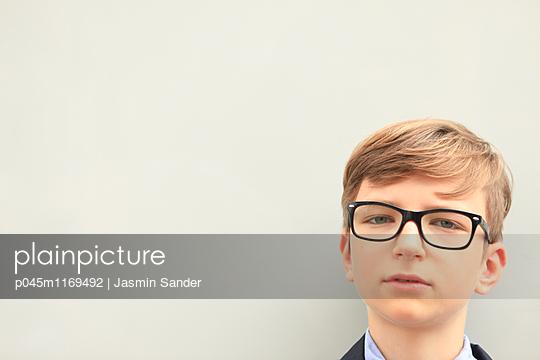 Junge mit Brille - p045m1169492 von Jasmin Sander