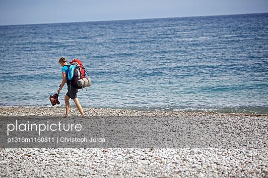 Frau wandert auf dem Fernwanderweg Lykischer Weg, Antalya, Türkei - p1316m1160811 von Christoph Jorda