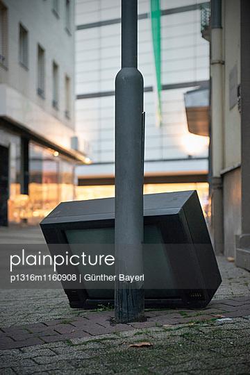 entsorgter Röhrenfernseher in der Fußgängerzone, Innenstadt Mainz, Landeshauptstadt Rheinland-Pfalz, Deutschland - p1316m1160908 von Günther Bayerl