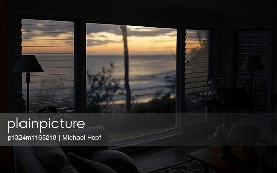 Wohnzimmer mit Meerblick  - p1324m1165218 von michaelhopf