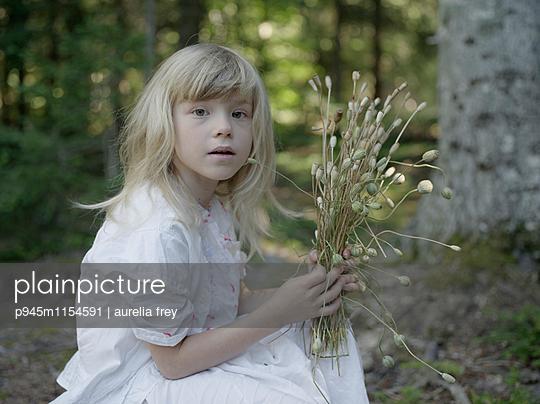 Mädchen sammelt Mohnblumen - p945m1154591 von aurelia frey