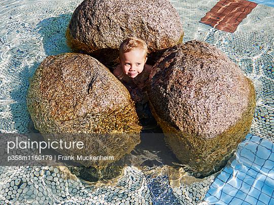 Kleiner Junge im Schwimmbecken - p358m1160179 von Frank Muckenheim