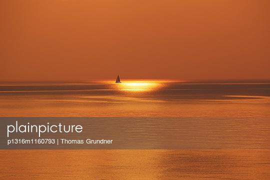 Segelboot bei Sonnenuntergang, Ostseeküste, Mecklenburg-Vorpommern, Deutschland - p1316m1160793 von Thomas Grundner