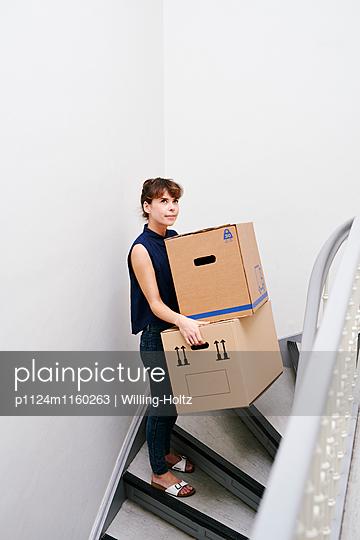 Frau mit Umzugskartons im Treppenhaus - p1124m1160263 von Willing-Holtz
