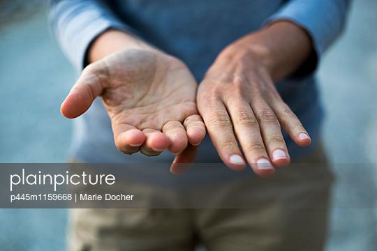 Hände einer Frau - p445m1159668 von Marie Docher