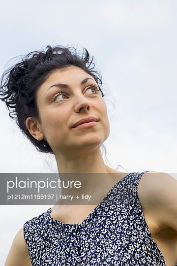 Portrait einer jungen Frau - p1212m1159197 von harry + lidy