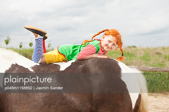 Bauchlings auf dem Pferd liegen - p045m1158852 von Jasmin Sander