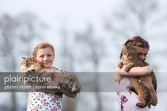 Zwei Mädchen mit ihren Katzen - p533m1152691 von Böhm Monika