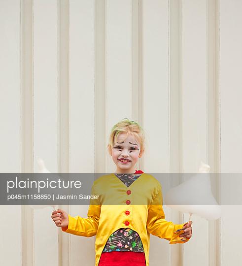 Zirkusmädchen hält zwei Zuckerwatten - p045m1158850 von Jasmin Sander