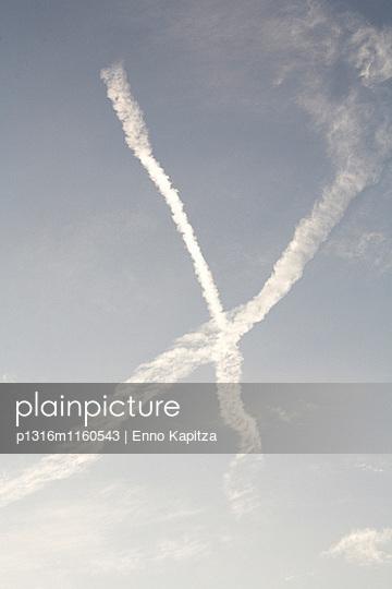 Kondenstreifen von Flugzeugen, die sich kreuzen, Kyoto, Japan - p1316m1160543 von Enno Kapitza