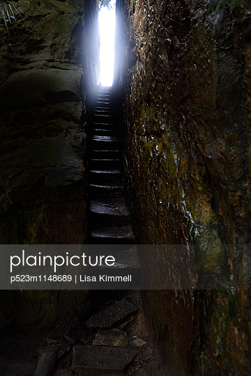Licht am Ende des Tunnel - p523m1148689 von Lisa Kimmell