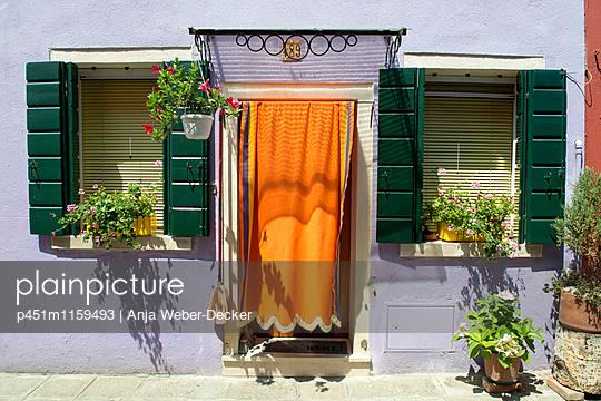 Idyllische Hausfassade auf Burano - p451m1159493 von Anja Weber-Decker