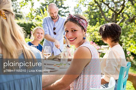 Freunde auf einer Gartenparty - p788m1165310 von Lisa Krechting