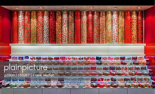 Süßigkeiten Verkaufsstand - p390m1159267 von Frank Herfort