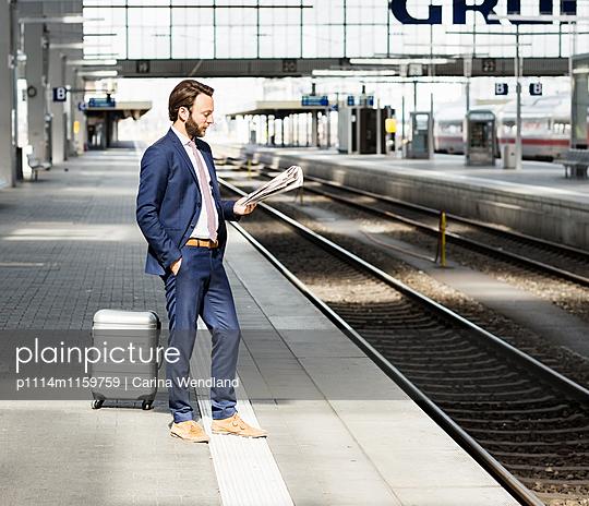 Geschäftsmann wartet am Bahnsteig - p1114m1159759 von Carina Wendland