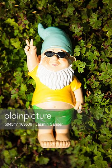 Fauler Gartenzwerg - p045m1169536 von Jasmin Sander