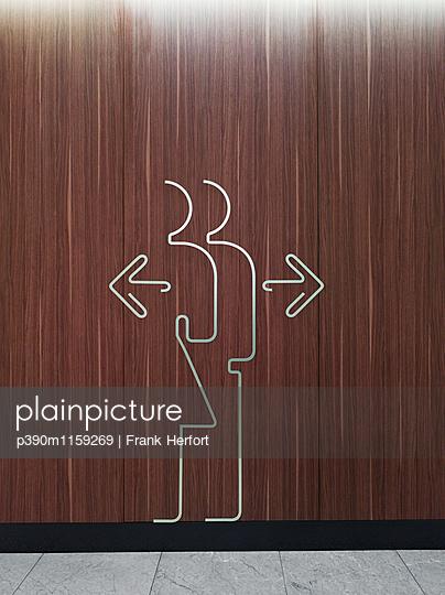 Öffentliche Toilette Zeichen in einem Einkaufszentrum - p390m1159269 von Frank Herfort