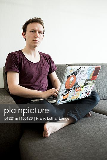 Junger Mann mit Laptop - p1221m1150126 von Frank Lothar Lange