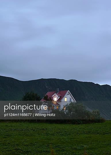 Haus bei Nacht - p1124m1165677 von Willing-Holtz