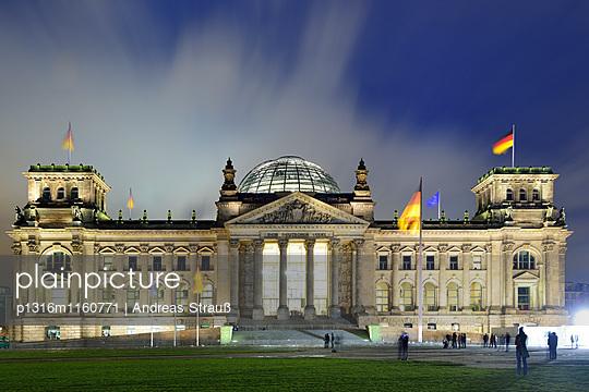 Deutscher Reichstag im Abendlicht, beleuchtet, Berlin, Deutschland - p1316m1160771 von Andreas Strauß