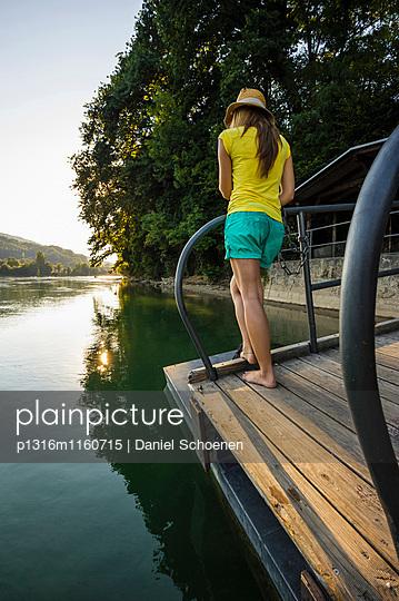 Junges Mädchen am Rheinufer, Rheinfelden, Baden-Württemberg, Deutschland - p1316m1160715 von Daniel Schoenen