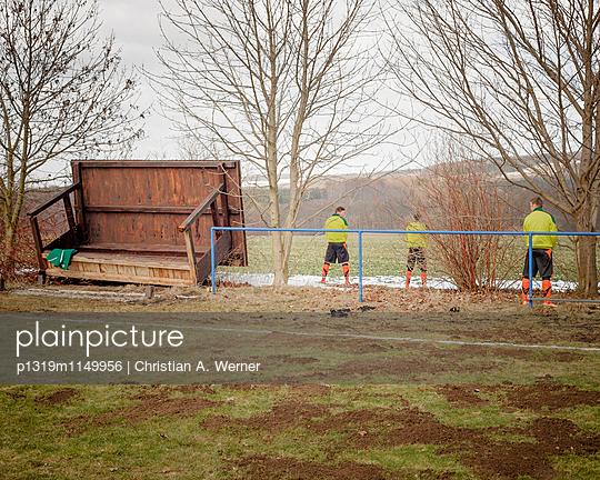 Fußballspieler urinieren während der Halbzeitpause - p1319m1149956 von Christian A. Werner