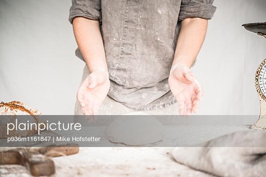 Brot backen - p936m1161847 von Mike Hofstetter