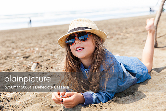 Am Strand - p756m1158661 von Bénédicte Lassalle