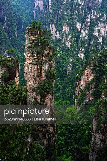 Zhangjiajie National Forest Park, China - p523m1148688 von Lisa Kimmell