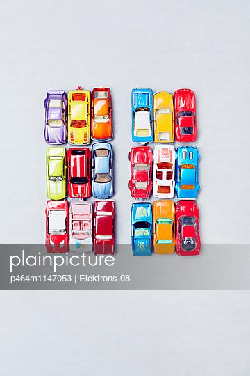 Bunte Autos - p464m1147053 von Elektrons 08
