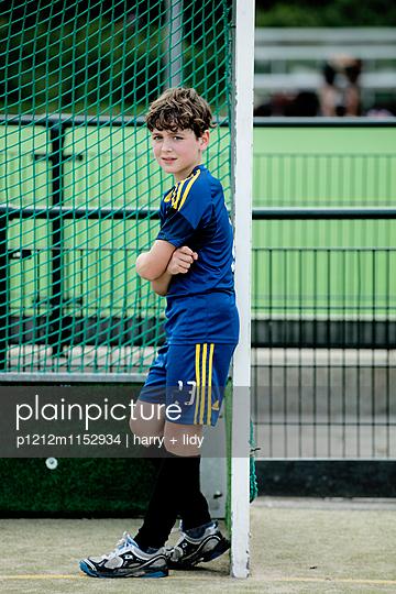 Junge auf dem Sportplatz am Tor - p1212m1152934 von harry + lidy